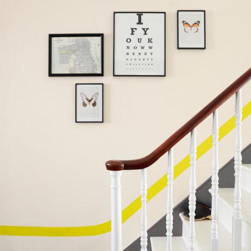 trappa grafisk gul rand grå dörr